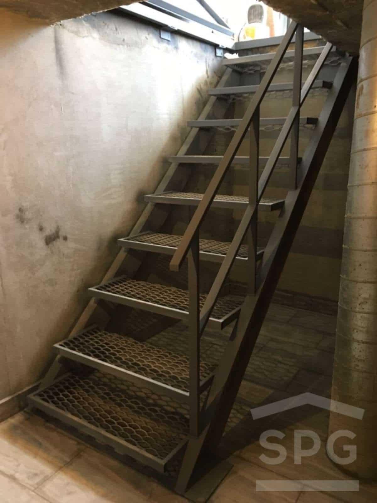 лестница в гараже